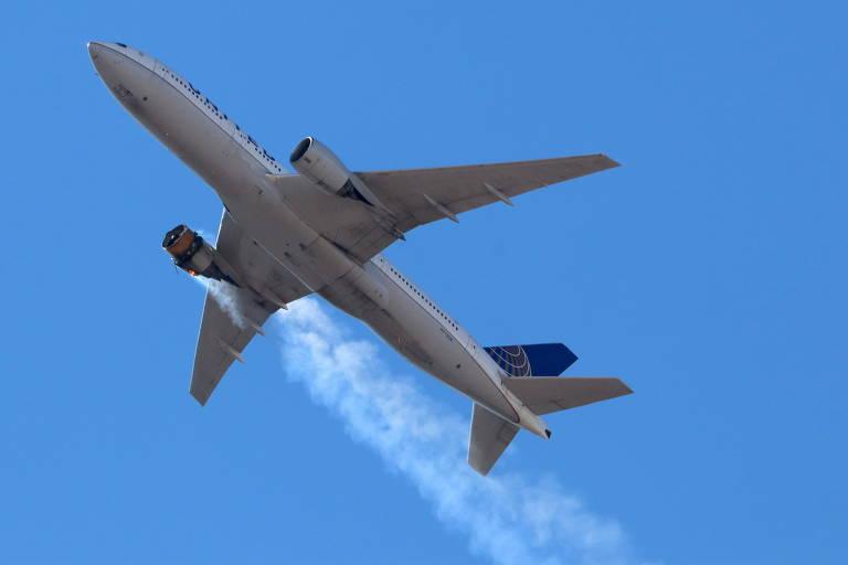 Avião no céu libera fumaça de seu motor direito