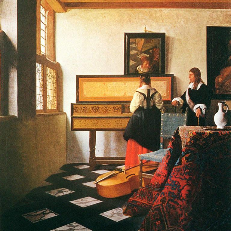 uma pintura de estilo flamengo, de visão interior, numa sala de piso quadriculado, ao fundo está uma mulher de costas próxima a um instrumento musical e, ao seu lado, um homem de cabelos compridos