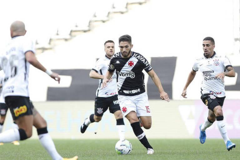 Andrey, do Vasco, conduz a bola em partida contra o Corinthians, pelo Brasileiro, na Neo Química Arena