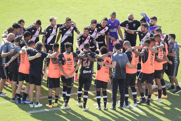 Jogadores do Vasco conversam antes de partida contra o Santos, pelo Brasileiro, em São Januário