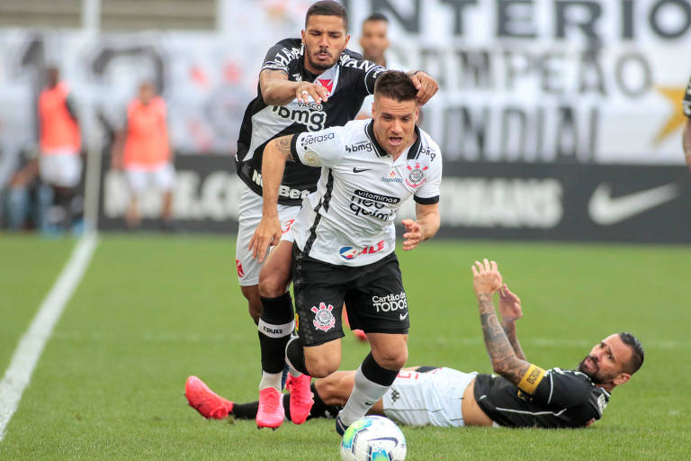 Corintiano Ramiro tenta se livrar da marcação da defesa vascaína no empate sem gols na Neo Química Arena