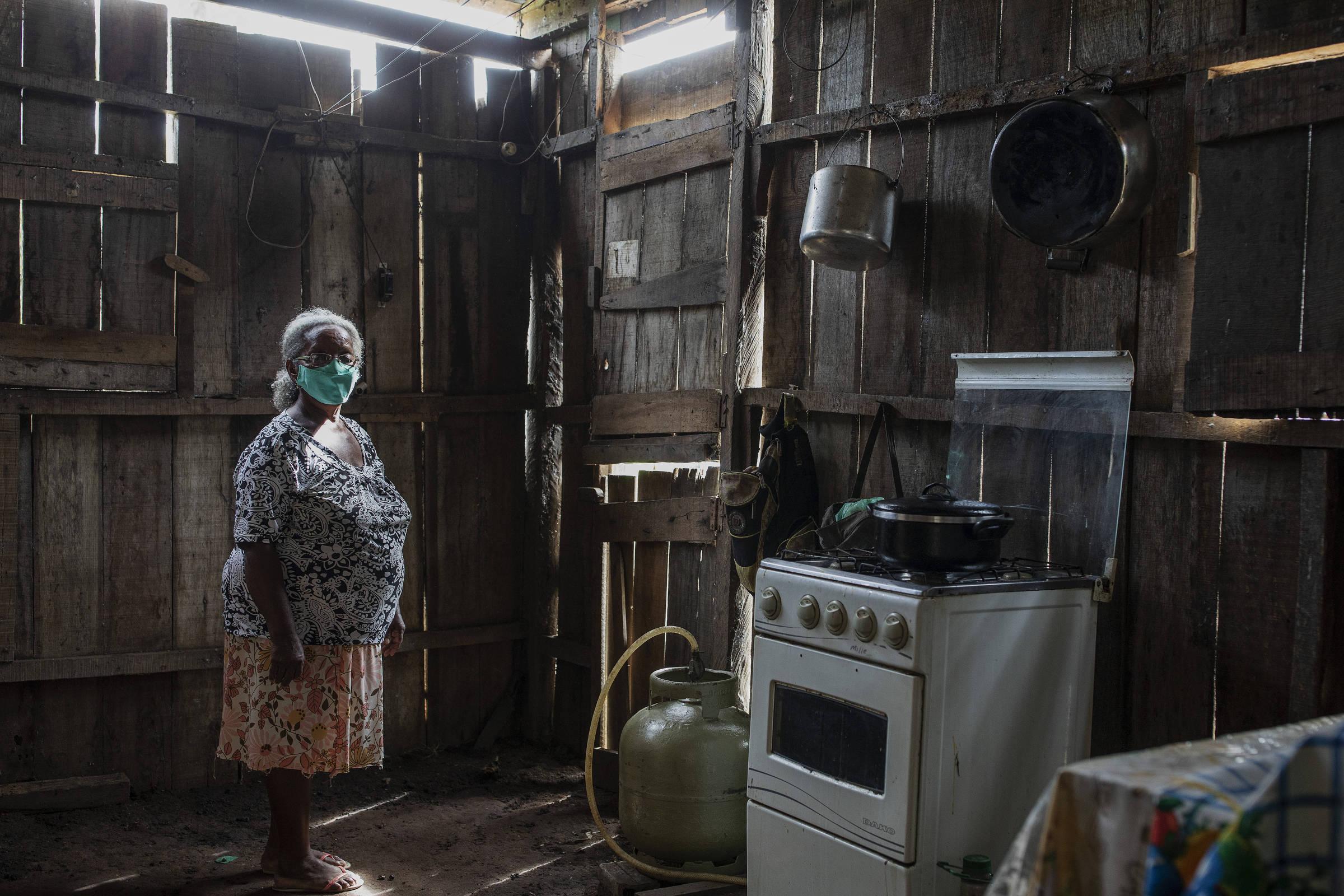 A líder comunitária Mafalda Gomes em sua casa na comunidade quilombola Santa Fé, no vale do rio Guaporé, em Rondônia