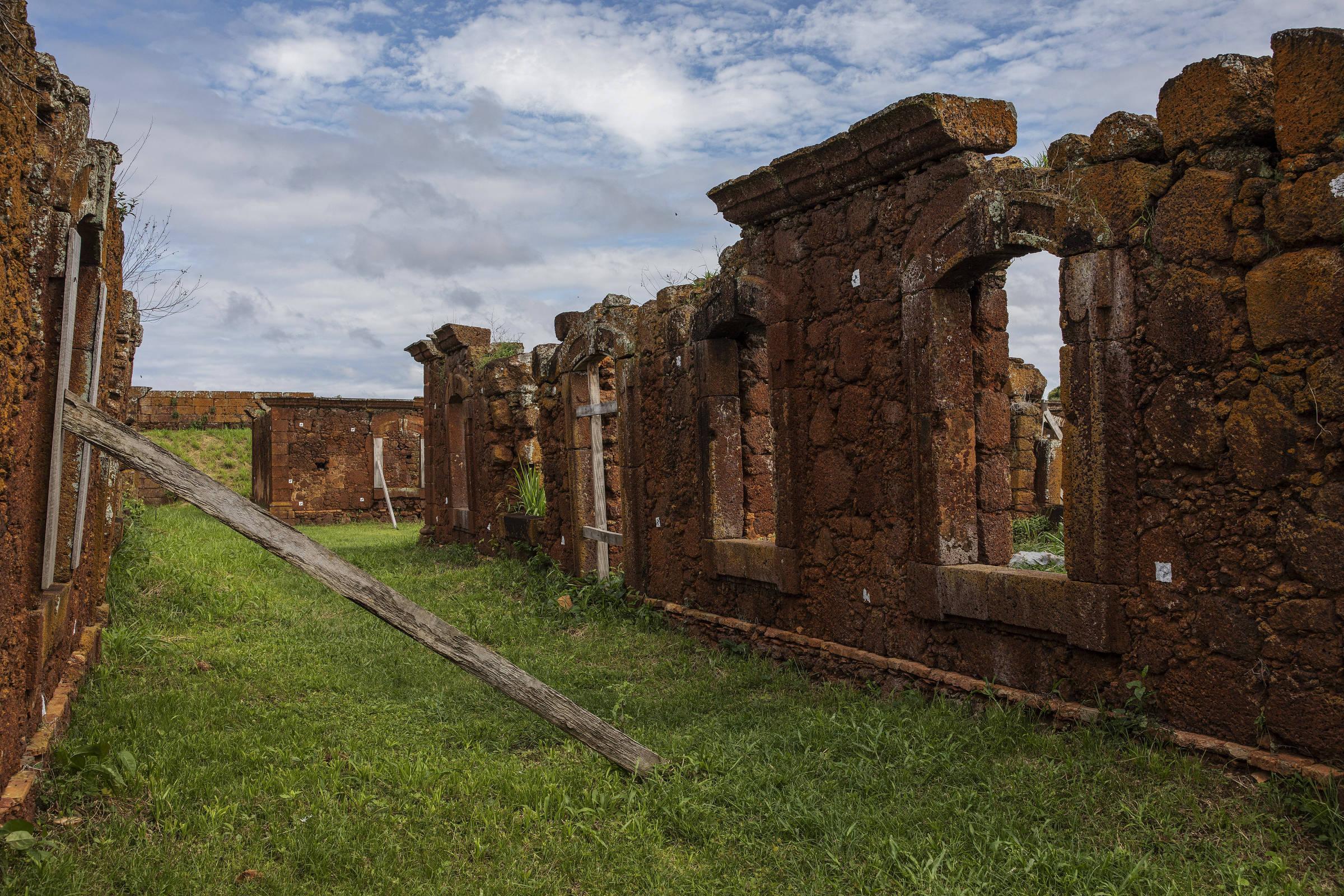 Vigas de madeira escoram as ruínas no interior do Real Forte Príncipe da Beira