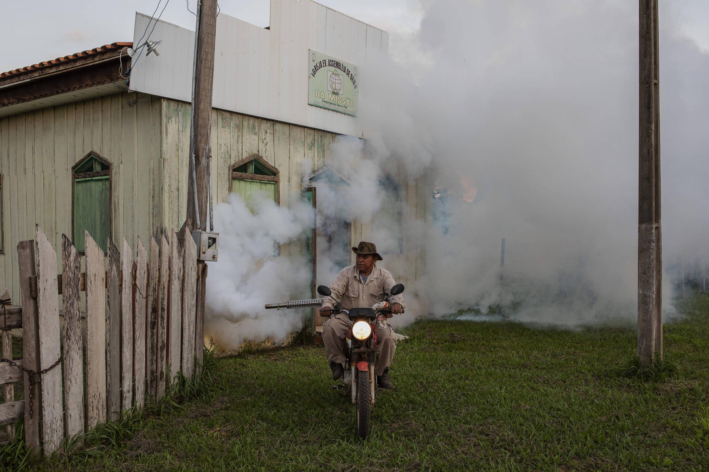 Cicero Xavier da Paz, funcionário da Funasa, espalha fumacê contra mosquito transmissor da malária pelas ruas da comunidade quilombola do Forte Príncipe da Beira