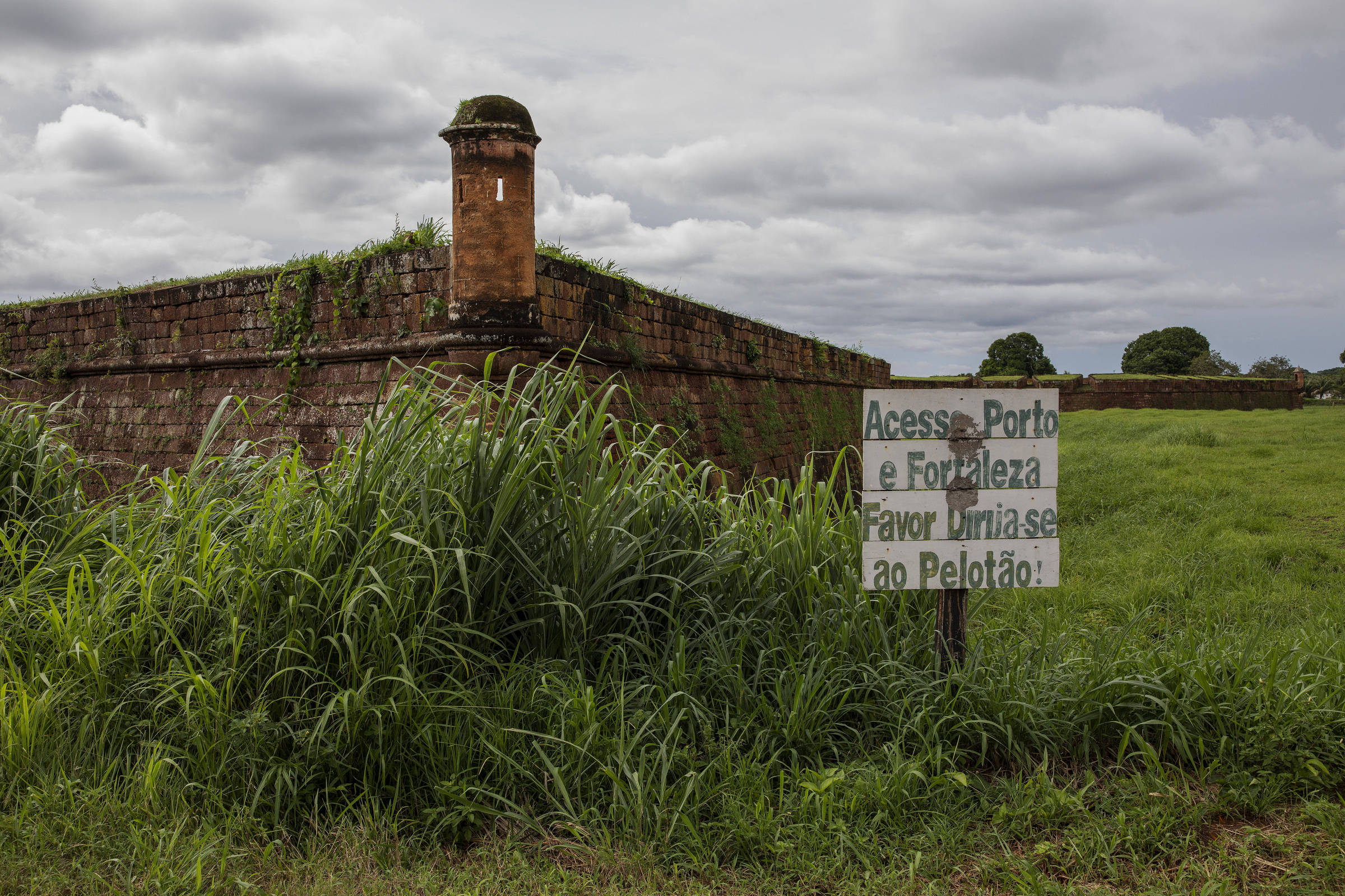 Placa ao lado do Real Forte Príncipe da Beira sinaliza a presença de um pelotão do Exerército ao lado da construção histórica