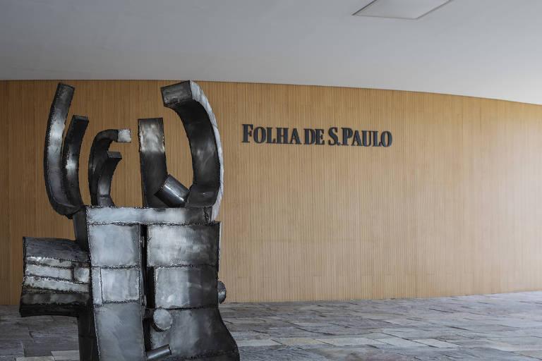 Escultura de metal de Caciporé Torres, instalada à frente do auditório da Folha, no 9º andar do prédio da alameda Barão de Limeira, 425