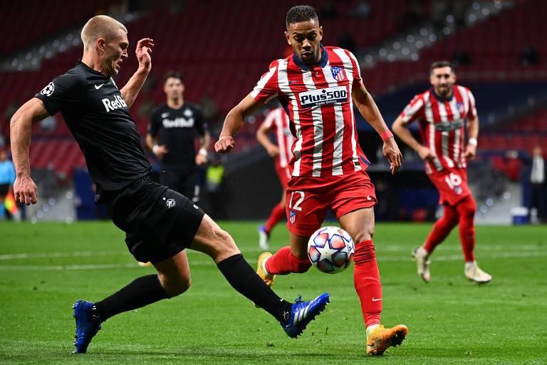 Renan Lodi em ação pelo Atlético contra o Red Bull Salzburg, na fase de grupos da Champions
