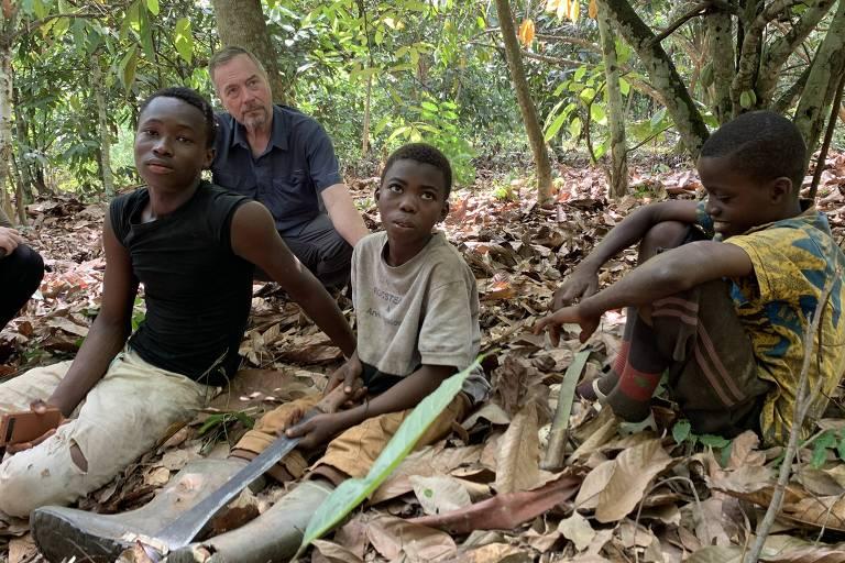 Investigadores da ONG International Rights Advocates visitam fazendas de cacau na Costa do Marfim onde crianças trabalham em regime análogo à escravidão