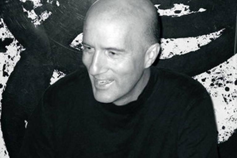 O crítico de arte Hal Foster sorri e olha para o lado em foto em preto e branco