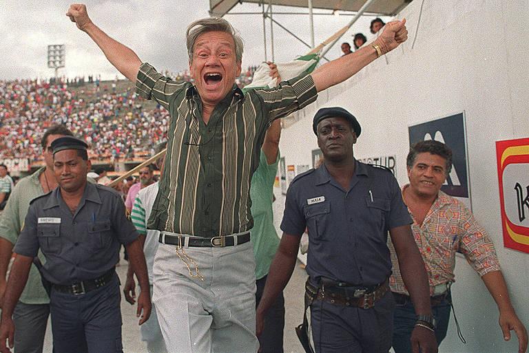 Banqueiro do jogo do bicho Castor de Andrade durante apuração das escolas de samba do Rio de Janeiro no Sambódromo