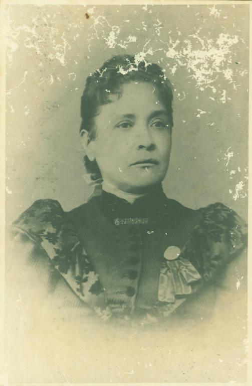 retrato antigo de mulher em preto e branco de cabelos presos e escuros