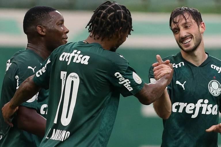 Viña (à dir.) comemora com Luiz Adriano e Patrick de Paula gol do Palmeiras contra o Atlético-GO