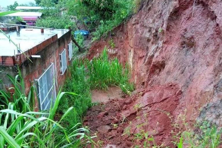 Encosta com deslizamento de terra