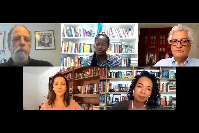 Cinco pessoas conversam através de videochamada; três mulheres, sendo duas delas negras e uma branca, e dois homens brancos