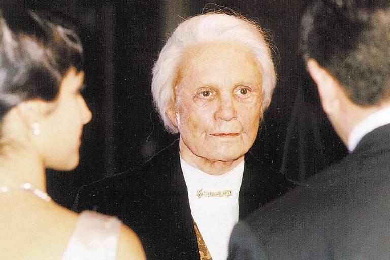 mulher com cabelo branco