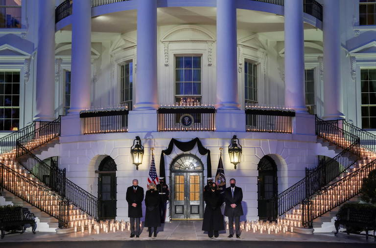 Da esq. para a dir., o presidente dos EUA, Joe Biden, sua esposa, Jill, a vice-presidente Kamala Harris e o marido dela, Doug Emhoff, fazem silêncio em cerimônia na Casa Branca, em Washington, de lamento pelos 500 mil mortos no país em decorrência da pandemia de coronavírus