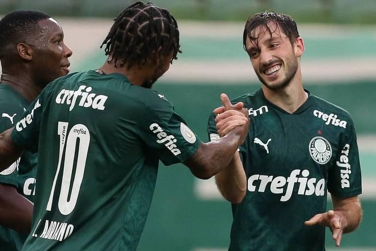 Jogadores de camisa verde (a partir da esq.), Patrick de Paula, Luiz Adriano e Matías Viña, que fez o gol, se cumprimentam