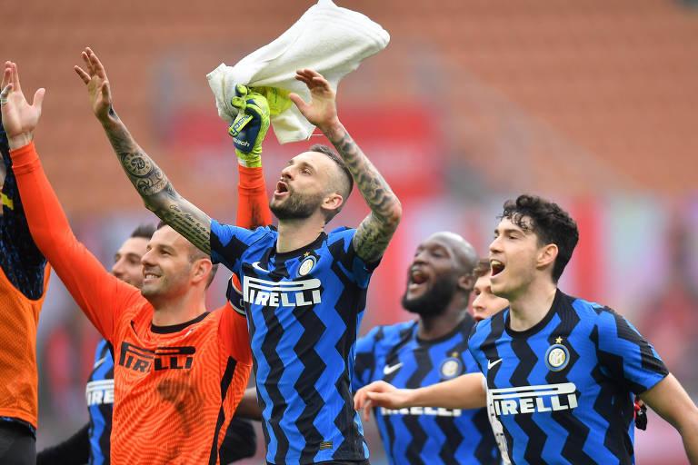 Jogadores da Inter de Milão, líder do Italiano, comemoram vitória no clássico sobre o Milan