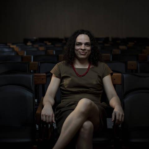 SÃO PAULO, SP, BRASIL, 20-01-2021: Retrato da escritora, feminista, professora  e transexual, Amara Moira, no auditório da Folha.(Foto: Bruno Santos/ Folhapress) *** FSP-COTIDIANO*** EXCLUSIVO FOLHA***