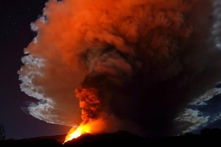 Maior vulcão da Europa ilumina noite na Sicília; veja imagens