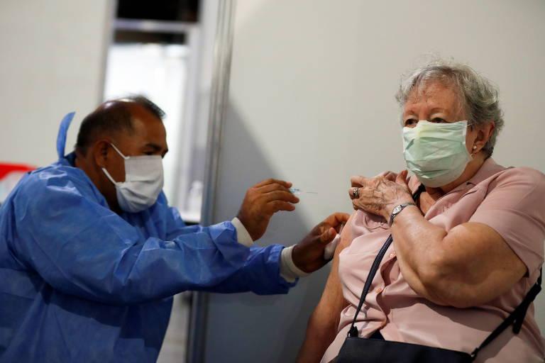 Políticos, familiares e apoiadores do governo furam fila de vacinação na Argentina