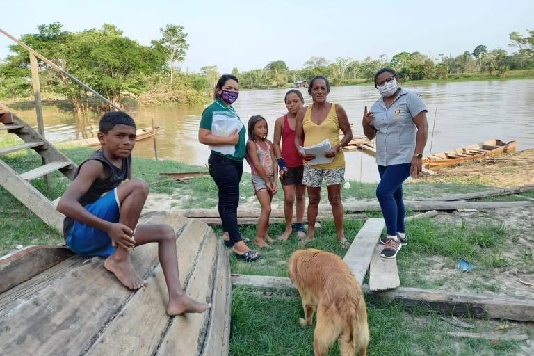 A professora Iolanda Migueis (à dir.) com moradores da comunidade de Capitari, em Careiro da Várzea (AM)