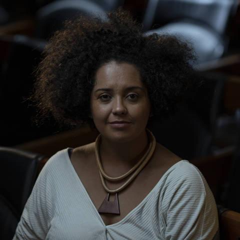 SÃO PAULO, SP, BRASIL, 15-01-2021: Retrato da jativista pelos direitos dos negros Bianca Santana, no auditório da Folha. (Foto: Bruno Santos/ Folhapress) *** FSP-COTIDIANO *** EXCLUSIVO FOLHA***