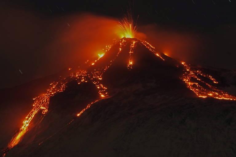 Erupção do vulcão Etna ilumina a noite na Sicília