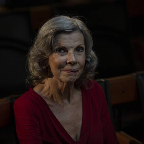 SÃO PAULO, SP, BRASIL, 14-01-2021: Retrato da escritora Isabel Dias, no auditório da Folha. (Foto: Bruno Santos/ Folhapress) *** FSP-COTIDIANO *** EXCLUSIVO FOLHA***