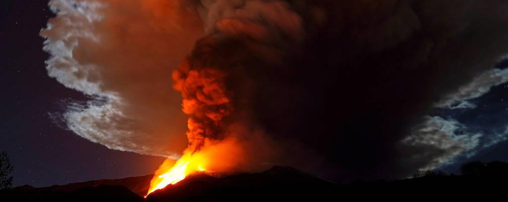 Maior vulcão da Europa ilumina noite na Sicília; veja imagens - 23/02/2021  - Mundo - Folha