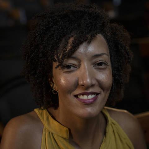 SÃO PAULO, SP, BRASIL, 15-01-2021: Retrato da jornalista, poeta e tradutora Stephanie Borges, que é militante feminista, no auditório da Folha. (Foto: Bruno Santos/ Folhapress) *** FSP-COTIDIANO *** EXCLUSIVO FOLHA***