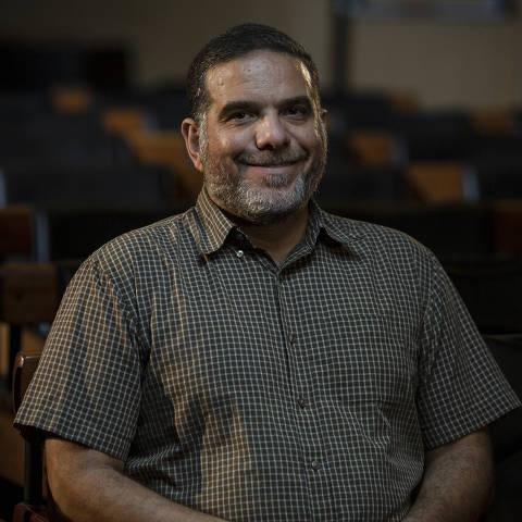 SÃO PAULO, SP, BRASIL, 14-01-2021: Retrato do sírio Talal Al Tinawi, no auditório da Folha. (Foto: Bruno Santos/ Folhapress) *** FSP-COTIDIANO *** EXCLUSIVO FOLHA***