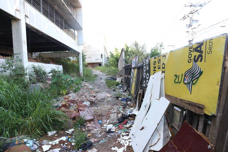 Obra abandonada de escola na zona sul de São Paulo vira depósito de lixo