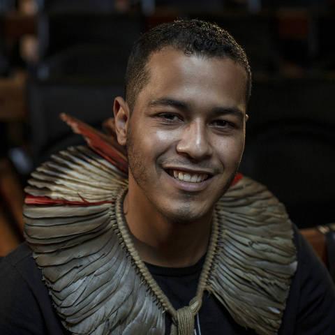 SÃO PAULO, SP, BRASIL, 20-01-2021: Retrato do indio guarani e ativista pelos direitos indiginas, Thiago henrique KaraiDjekupe, no auditório da Folha.(Foto: Bruno Santos/ Folhapress) *** FSP-COTIDIANO*** EXCLUSIVO FOLHA***