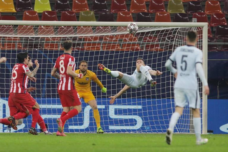Giroud faz o movimento da bicicleta para marcar o gol da vitória do Chelsea na Romênia