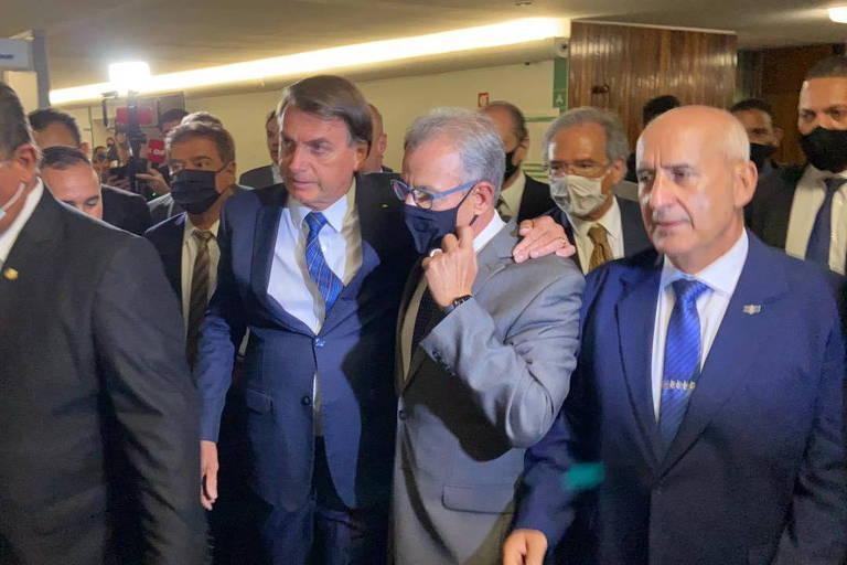 O presidente Jair Bolsonaro acompanhado de ministros