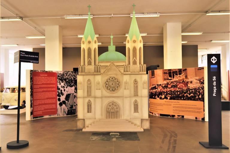 """Peça da exposição """"Dom Paulo Evaristo Arns"""", que retrata a Catedral da Sé"""