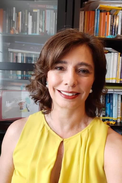 Adriane Reis de Araujo, procuradora regional do trabalho, sorri para a foto
