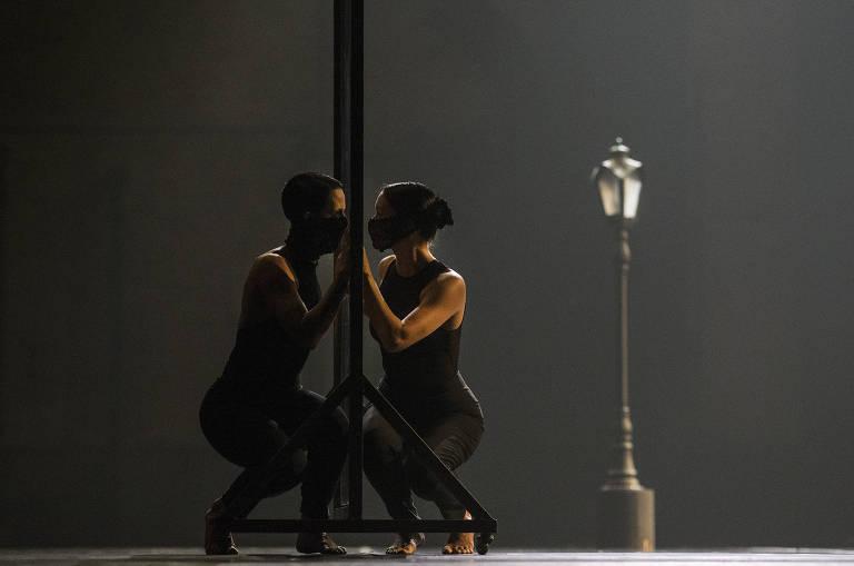 Balé da Cidade encena beijos e abraços possíveis com bailarinos separados por tela em volta ao Municipal