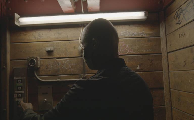Cartaz e cenas do documentário do diretor Anthony Wonke