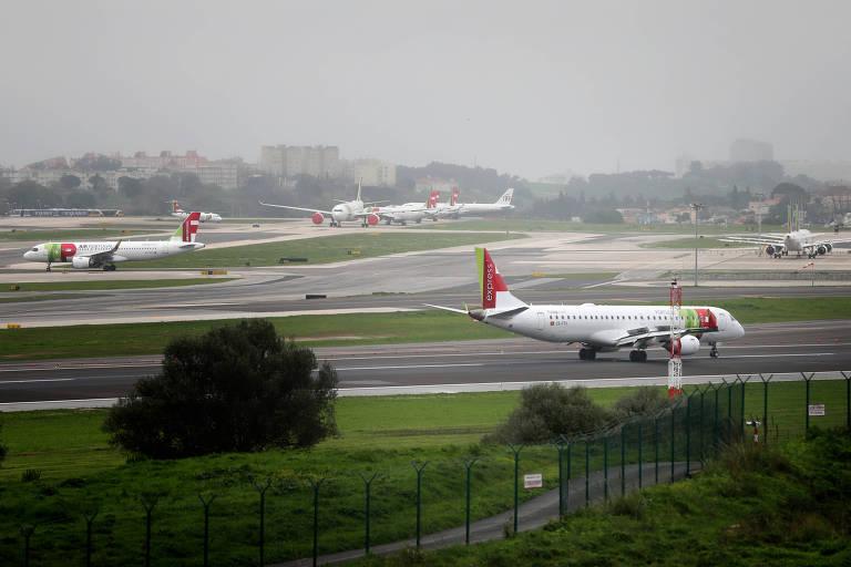 Aviões decolam do aeroporto de Lisboa, em Portugal