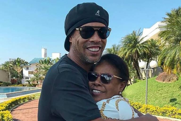 Ronaldinho Gaúcho abraçado à mãe dona Miguelina