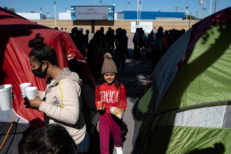 Migrantes em acampamento em Tijuana esperam conseguir atravessar fronteira para os EUA