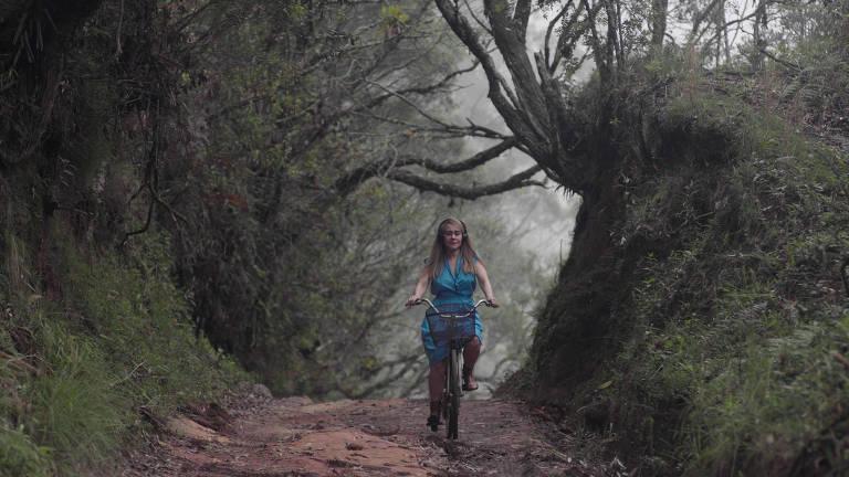 Alessandra Negrini em 'A Árvore', peça gravada que assume linguagem cinematográfica
