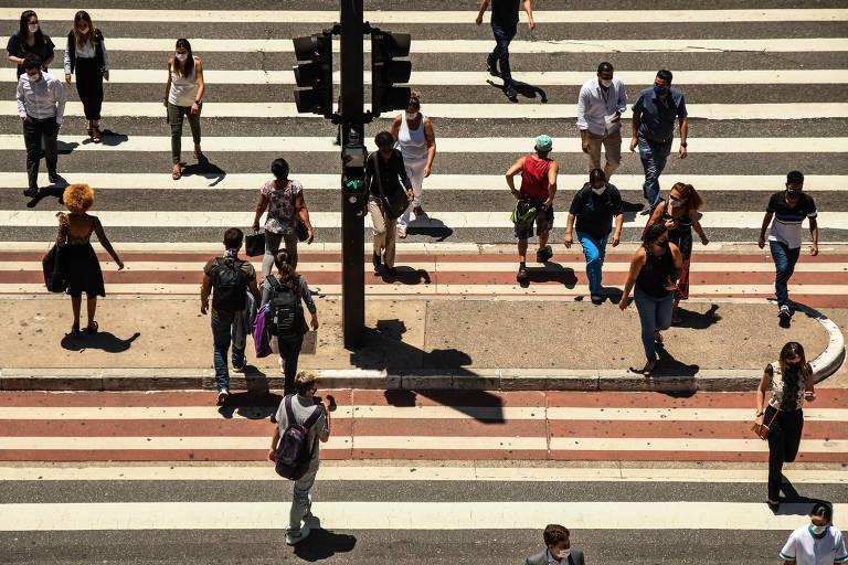 Com ruas cheias durante o dia em SP, rigor contra aglomerações à noite resolve só parte do problema