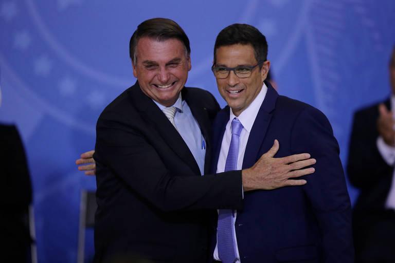 Jair Bolsonaro e Roberto Campos Neto se cumprimentam