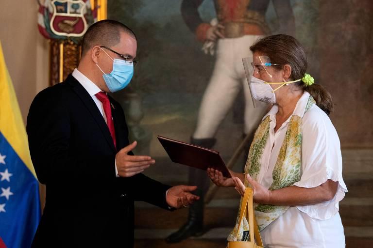 O chanceler venezuelano, Jorge Arreaza, entrega carta à embaixadora da UE, Isabel Pedrosa, após reunião