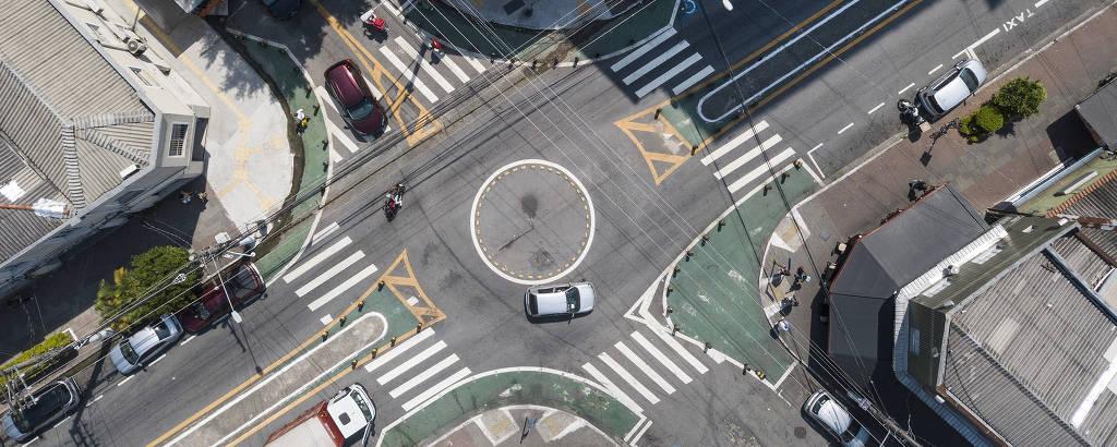 Esquina das ruas Dr. Cesar com Salete, em Santana (zona norte de SP), que ganhou rotatória e calçadas largas