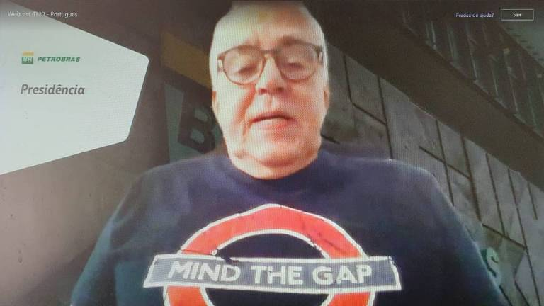 Imagem de um notebook com um homem que veste uma camisa escrito 'mind the gap' na tela
