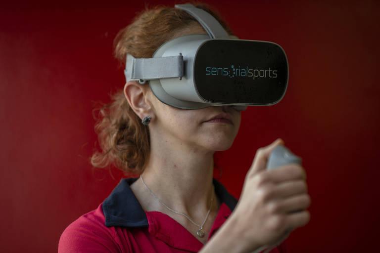 A psicóloga esportiva do Sesi, Mariana Penteado Gusson, em treinamento com os equipamentos de realidade virtual